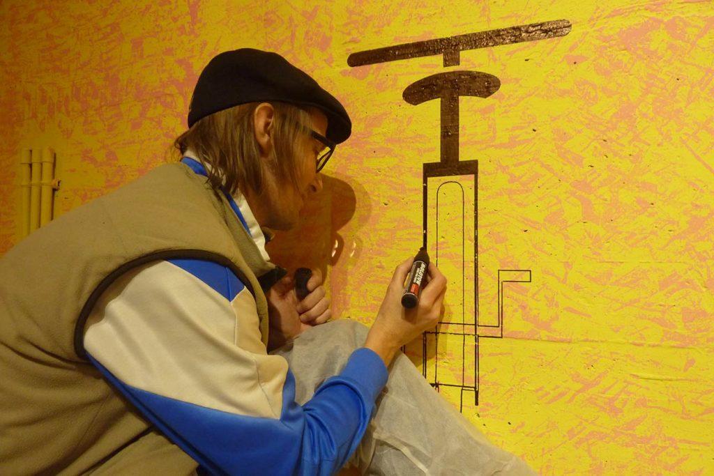 Wolfgang Kschwendt drawing on a wall